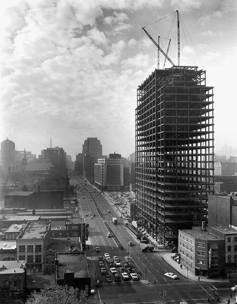 Siège social d'Hydro-Québec en construction et vue panoramique du boulevard René-Lesvesque O (1962).