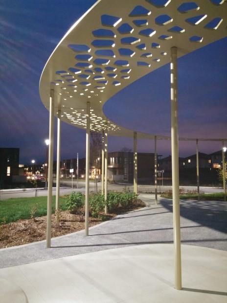 Place Alta Vista, Terrebonne. Érection des plaques d'acier avec patron ajouré de conception paramétrique. Steel plates with a parametric design.