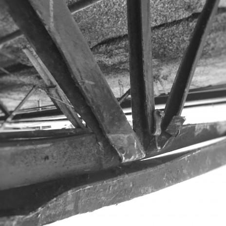 Une poutrelle en acier endommagée. Damage to a steel open-web joist.