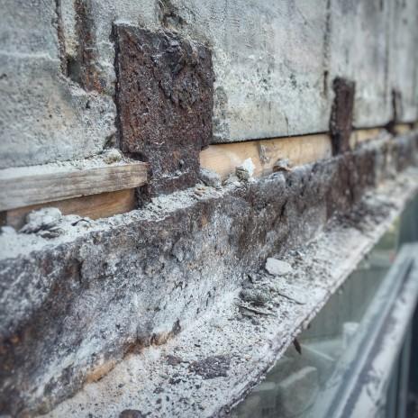 Investigation technique et expertise sur des linteaux structuraux en acier corrodés (rouille). Survey of corroded (rusted) structural steel lintels.