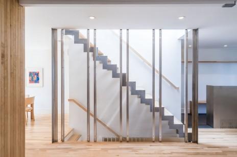 Colonnes en acier inox minces à partir d'une plaque pliée pour un projet résidentiel dans Rosemont avec L. McComber. Use of a stainless steel bent plate for slender columns.