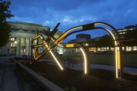 Sculpture en Corten à la Gare Jean-Talon par Atomic 3. Corten sculpture.