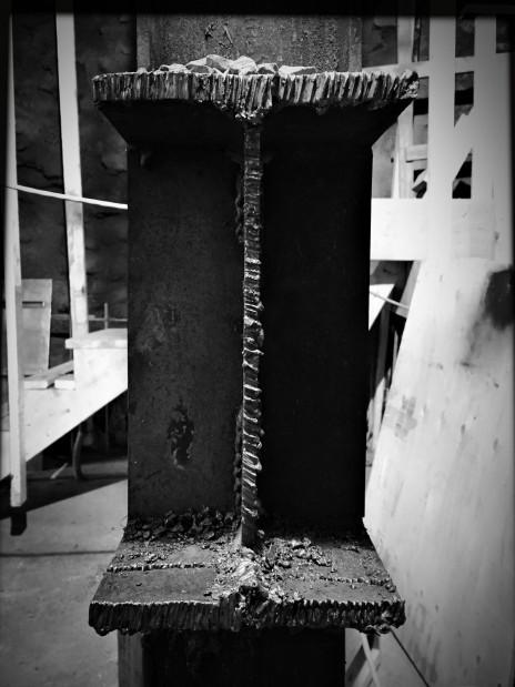 Flame-cut steel beam. Poutre d'acier coupée au chalumeau.