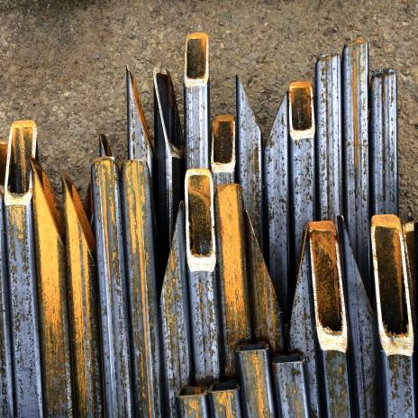 Tubulaires HSS pour une passerelle piétonne dans le village, Montréal. Cut steel tube HSS for a footbridge.
