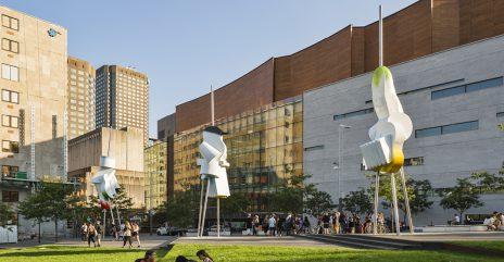 Sculpiture en aluminium et en acier inoxydable. Paquets de Lumière de Gilles Mihalcean à la Place des Arts. Aluminium and stainless steel sculpture.